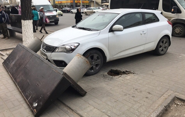 В центре Волгограда иномарка без водителя снесла скамейку у остановки