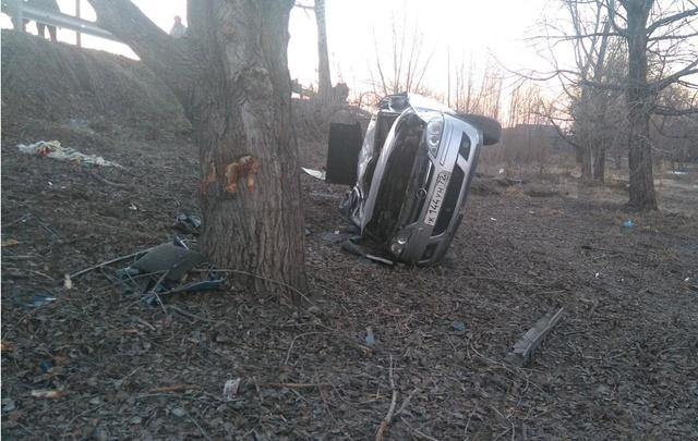В Тюменской области водитель Opel улетел с дороги и врезался в дерево