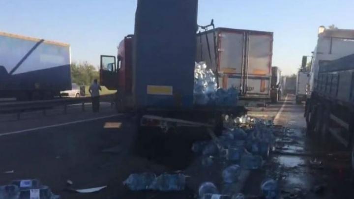 На трассе М-4 «Дон» водитель иномарки протаранил грузовик: есть раненые