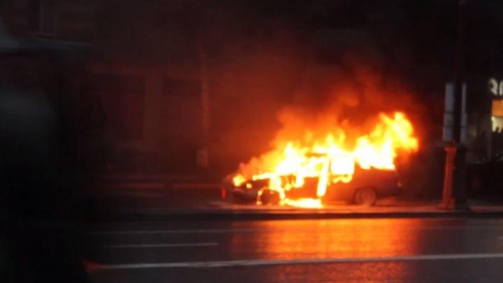 Тюменцы сняли на видео горящий на улице Республики автомобиль Nexia
