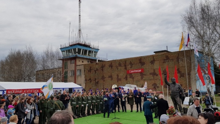 В бой идут одни «старики»: в Левцово открыли памятник Макарычу