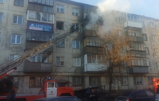 В пятиэтажке на ЧМЗ из-за брошенного окурка выгорел балкон