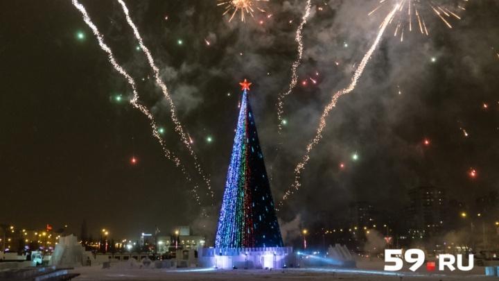 С чаепитием и фейерверком: как в Перми зажигали главную новогоднюю елку