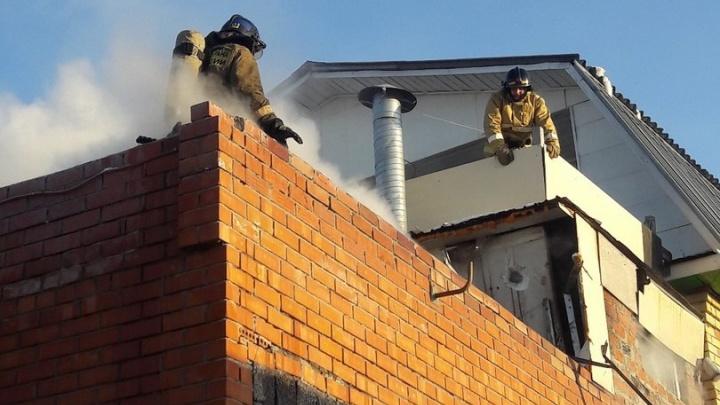 На Чаплина из-за пожара на автомойке эвакуировали жильцов двухэтажного дома