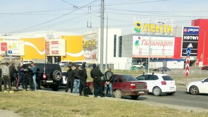 Окна разбили, наручники накинули: силовики жёстко задержали легковушку у «Алмаза»
