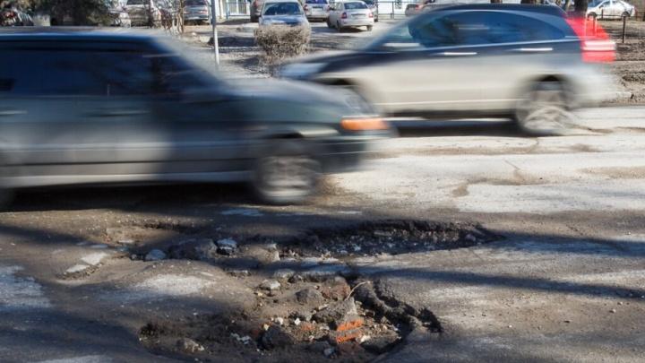 Ямы-гиганты на дорогах Волгограда спрятали под водой