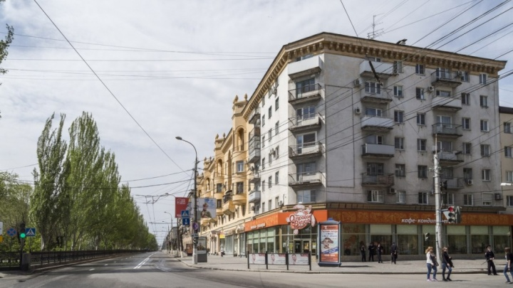 В центре Волгограда делают одноцветным бело-желтый дом на проспекте Ленина