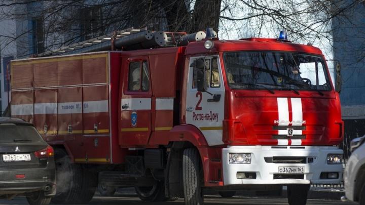 В Аксайском районе спасатели три часа тушат пожар