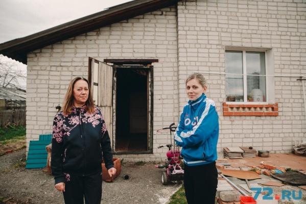 Ольга Табанакова и Виктория Ткач много лет конфликтуют с соседкой, которая держит у себя на участке 20 ульев с пчелами