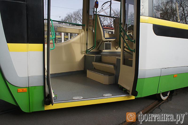 Модернизированный трамвай оборудовали низкопольной площадкой для пассажиров с детскими колясками