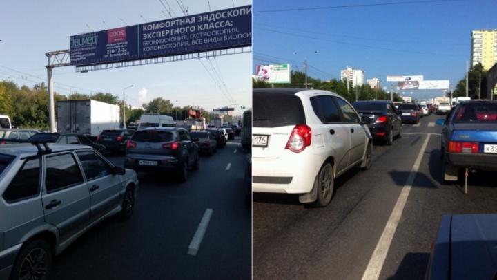 Сломался светофор: оживлённый перекрёсток в Челябинске встал в многочасовую пробку