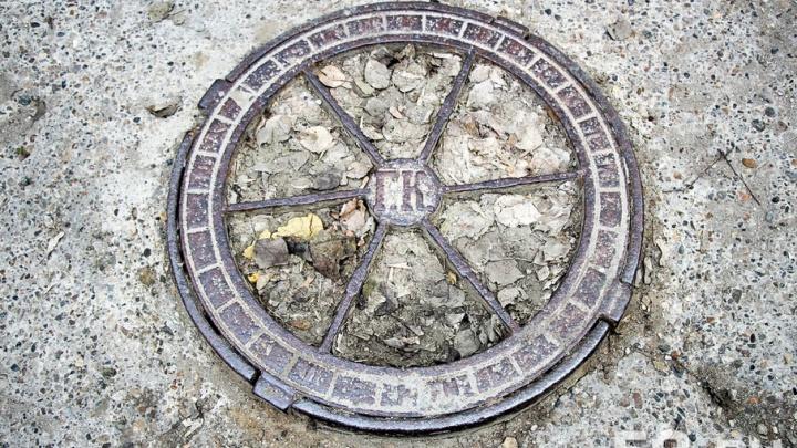 Почему на пермских дорогах встречаются открытые канализационные люки