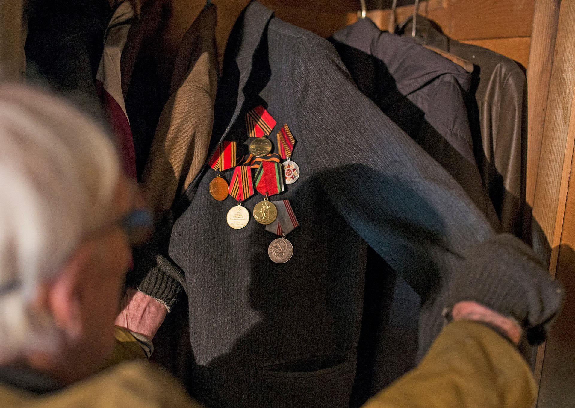 Дедушка показал медали, которые бережно хранит