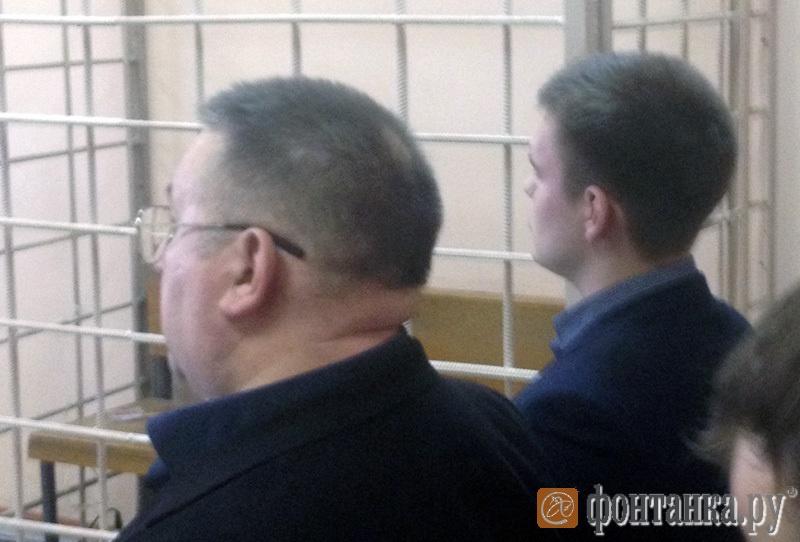 Елисей Владимиров (справа) пришел на заседание суда с папой