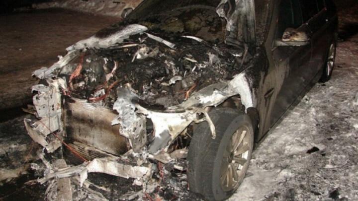 В Архангельске ночью с разницей в полчаса загорелись три машины