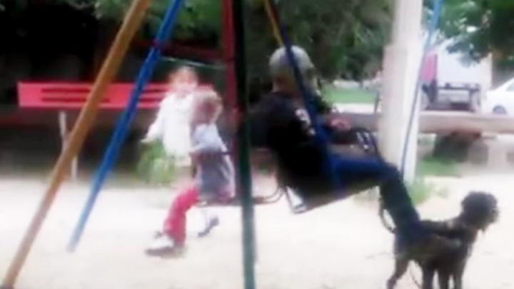 Волгоградцы борются с мошкарой с помощью противогазов
