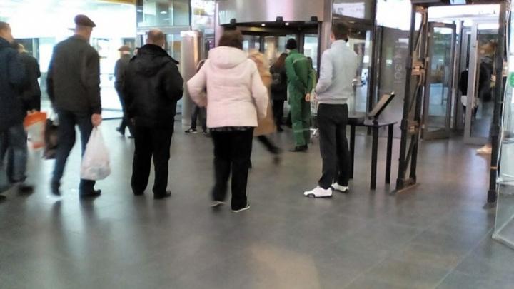 Охрана Ворошиловского торгового центра отказывалась пропускать посетителя с дрелью