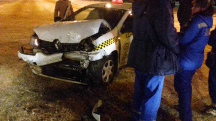 В Рыбинске такси врезалось в иномарку: есть пострадавшие