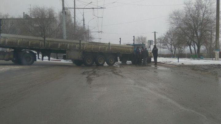 Заскользивший длинномер заблокировал дорогу в Советском районе Волгограда