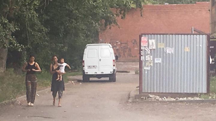 «Бомжи или цыгане»: жители двора на ЧМЗ строят догадки, кто бросил младенца на мусорке