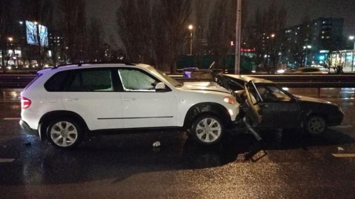 Жуткая авария в Волгограде: внедорожник расплющил ВАЗ-2114