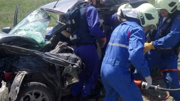 Появились фотографии с места ДТП: в Самарской области Ford Fusion столкнулся с бензовозом
