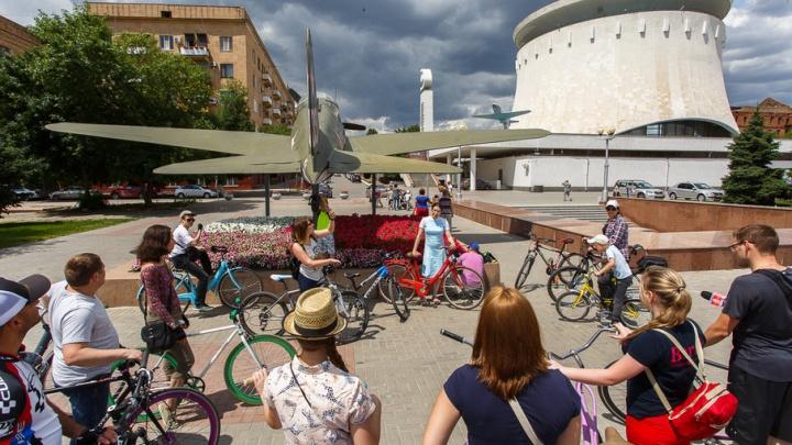 В центре Волгограда начали проводить экскурсии для велосипедистов