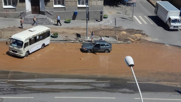 Прорвало трубу: Буденновский залило грязной водой