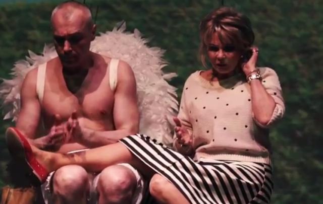 Волгоградская ведущая Татьяна Веденеева вышла на одну сцену с обнаженным мужчиной