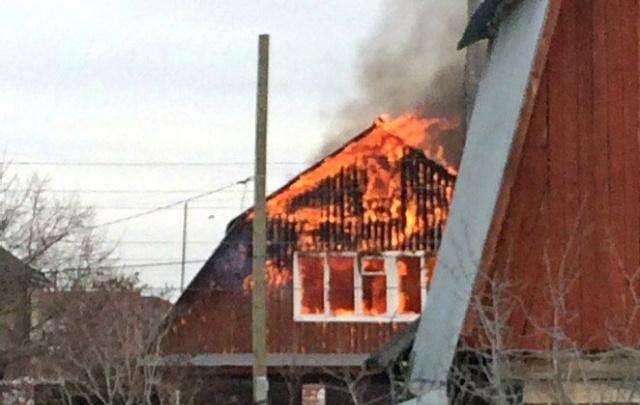 В Тюмени загорелся двухэтажный деревянный дом в районе улицы Калужской