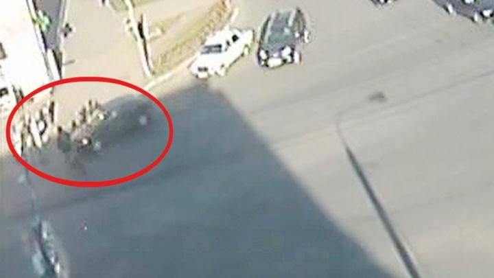 Автомобиль сбил подростка на велосипеде: ДТП попало на камеры видеонаблюдения