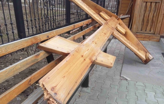 В Волгограде неизвестные вандалы сломали поклонный крест храма Иоанна Предтечи