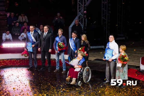 На сцене лауреаты премии (с синими лентами), их родственники и глава Перми Дмитрий Самойлов