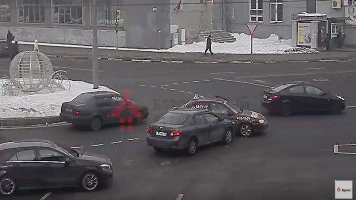 В центре Ярославля «Тойота» протаранила учебный автомобиль