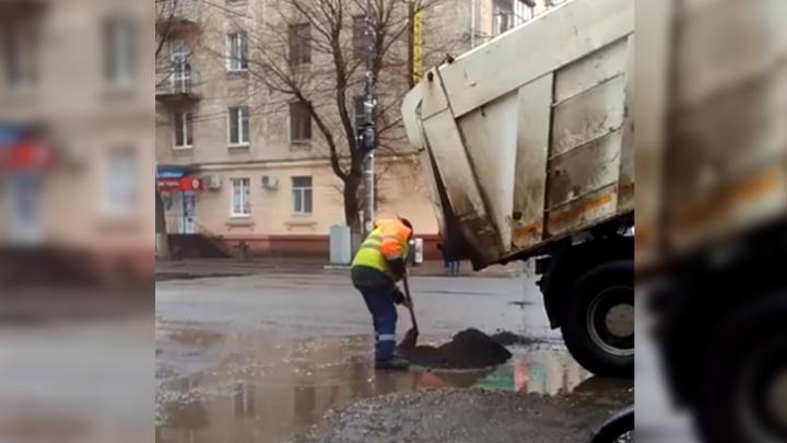 В Ярославле на улице Чкалова заасфальтировали лужи