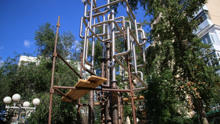 В центре Самары установили «Древо жизни» из нержавеющих труб