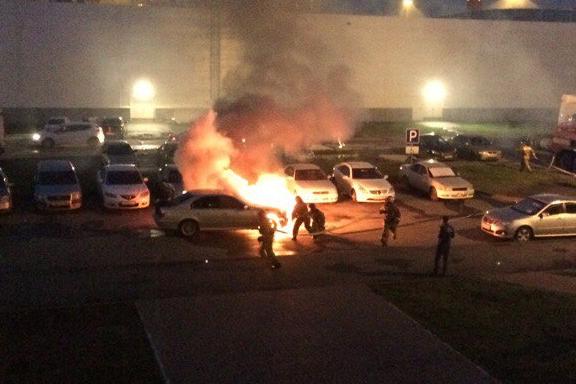 В Тюмени на парковке ТЦ горела BMW