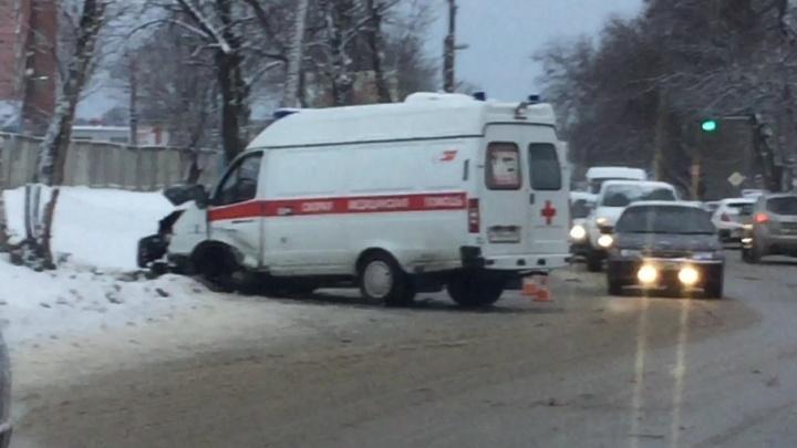 Водитель и фельдшер скорой пострадали в тройном ДТП на Нансена