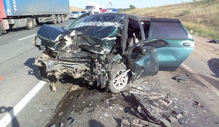 Под Самарой легковушка врезалась в фуру и задела Ford: один человек погиб