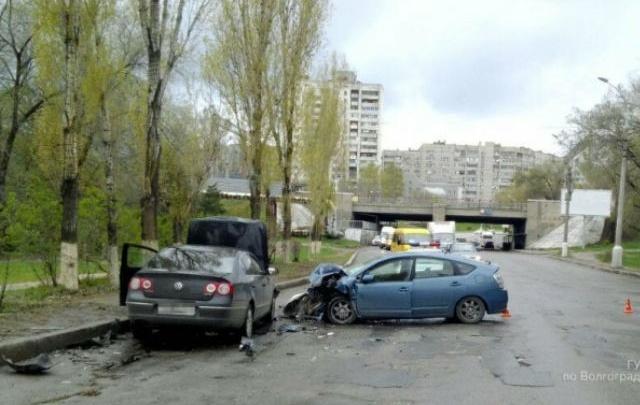 Три человека пострадали в столкновении двух иномарок в центре Волгограда