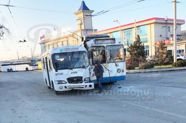 Общественный транспорт отделался механическими повреждениями