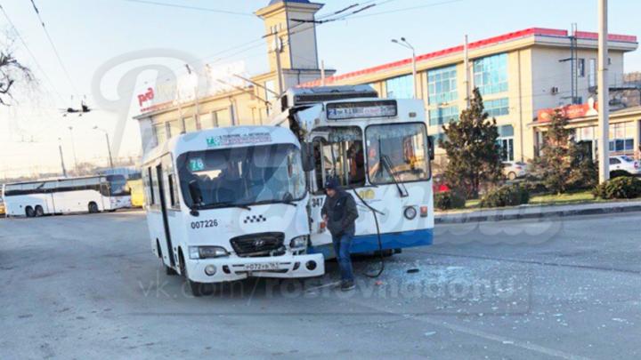 В центре Ростова столкнулись троллейбус и маршрутка