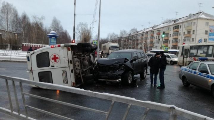 В Архангельске скорая помощь столкнулась с иномаркой и перевернулась на бок