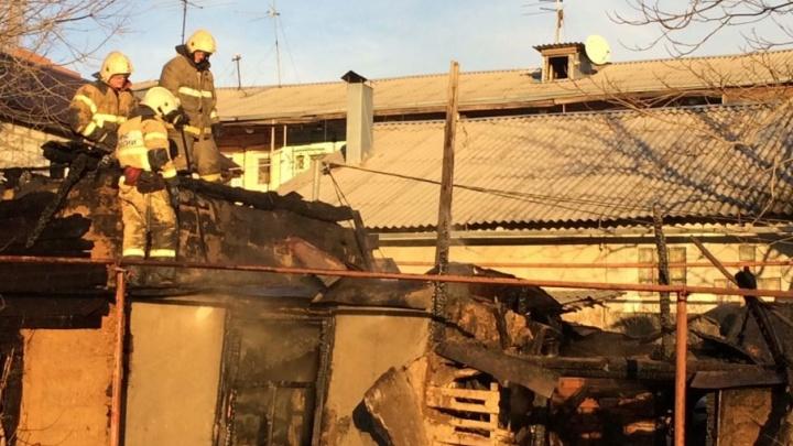 В центре Ростова, недалеко от Театрального спуска, полыхает пожар