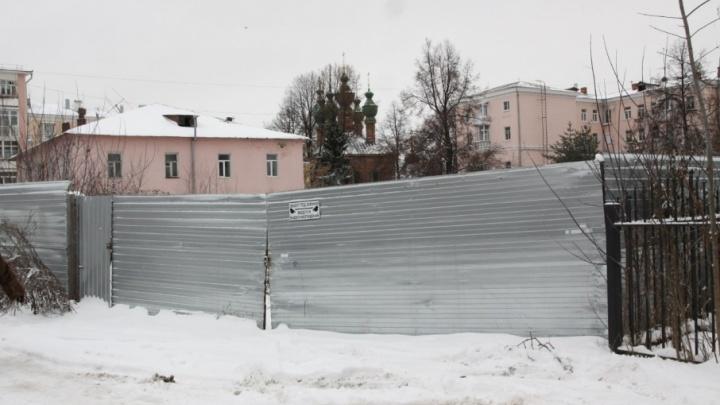 В центре Ярославля между памятниками культуры воткнут жилой дом с офисами и паркингом