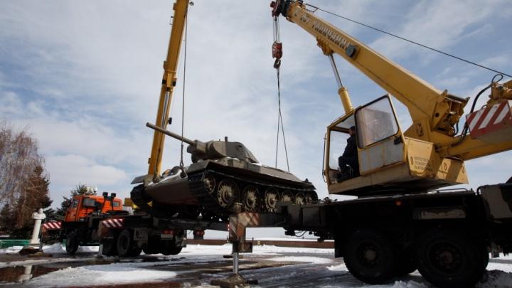 В Волгограде вывозят боевую технику с музея-панорамы для погрузки на воинский эшелон