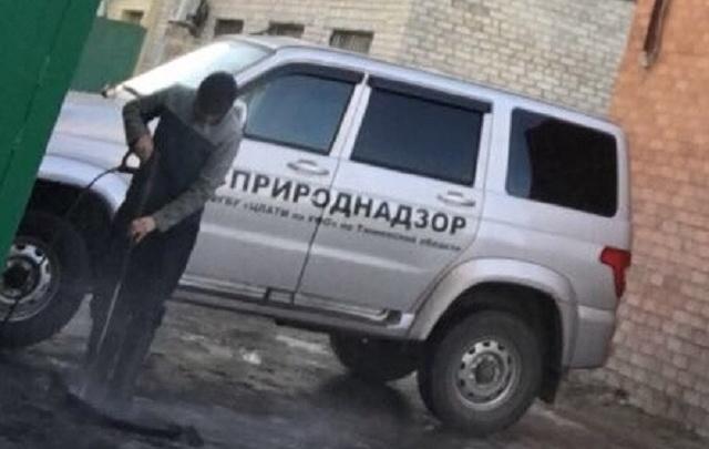 Тюменец пожаловался на экологов, моющих у своей работы машины с надписью «Росприроднадзор»