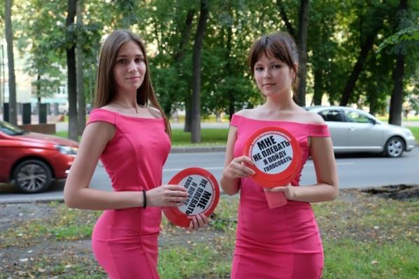 На выборы приглашают красивые девушки в обтягивающих платьях