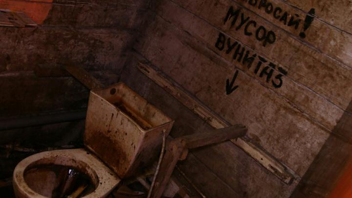 Один туалет на 50 человек и рухнувшие печи: в XXI веке жители Соломбалы вынуждены обитать в аду