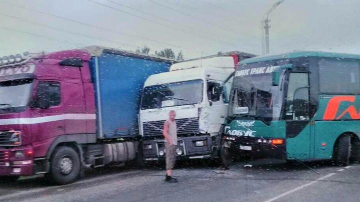 Две фуры и туристический автобус: на трассе Тюмень–Омск произошло массовое ДТП